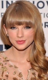 taylor-swift-hairstyles-pretty-loose-curls-with-bangs